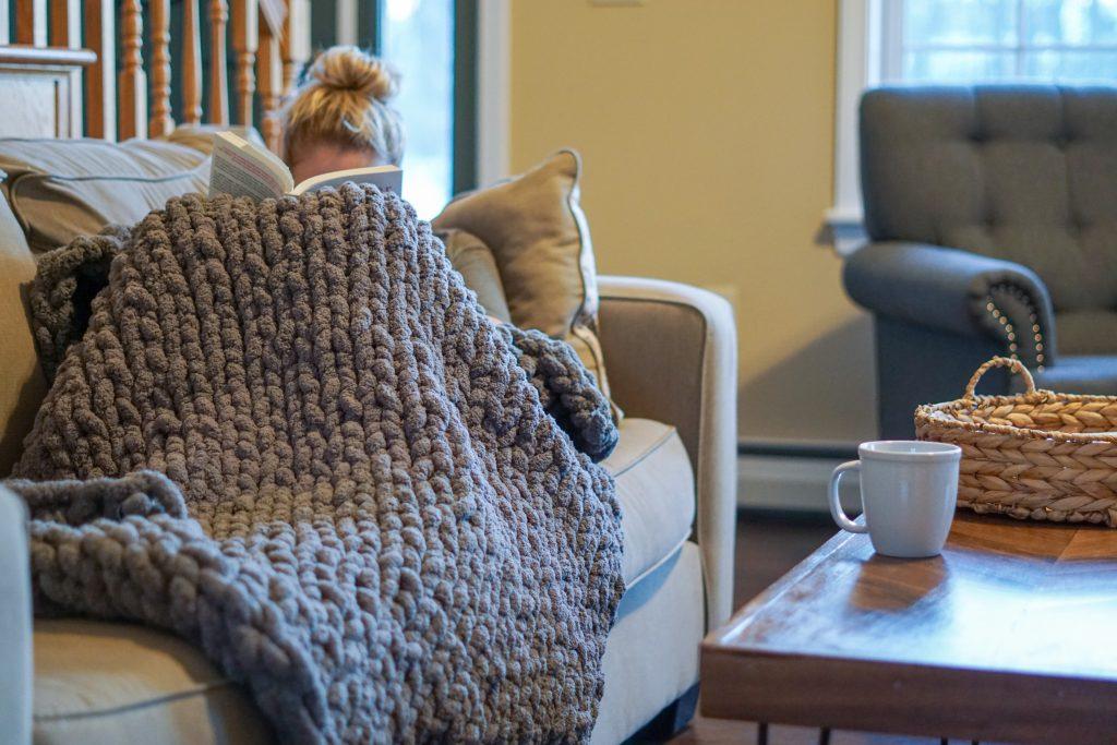DIY knit blanket tutorial